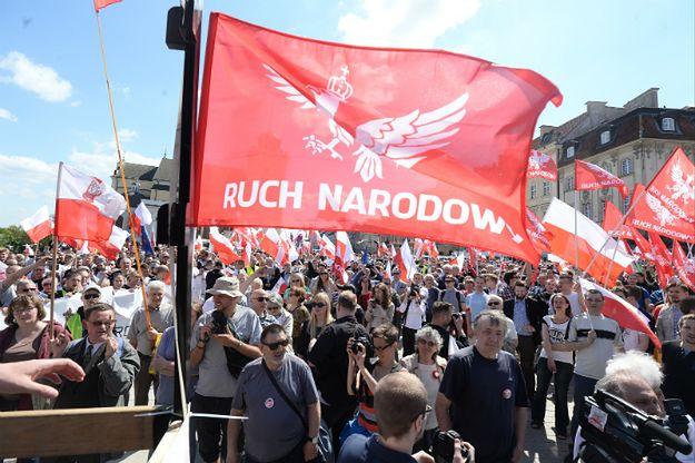 """Marsz członków i sympatyków Ruchu Narodowego: lewicowo-liberalna gangrena toczy Europę. """"Każdy młot popiera KOD"""""""
