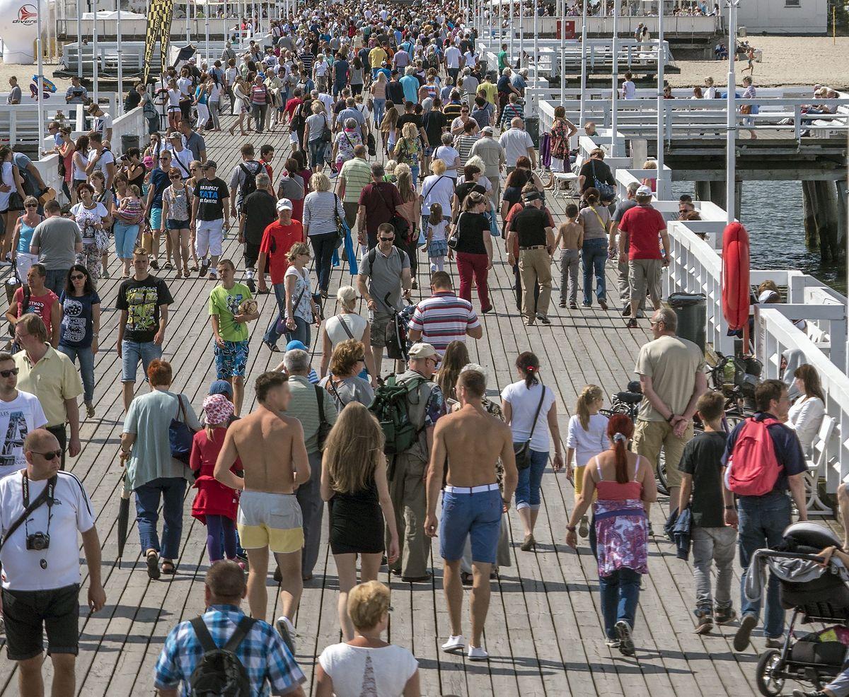 Na molo w Sopocie często można spotkać turystów bez koszulek