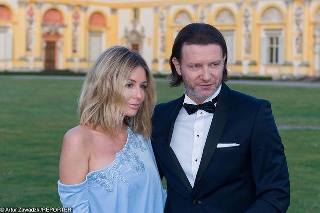 Małgorzata Rozenek i Radosław Majdan całują się na masce ekskluzywnego samochodu
