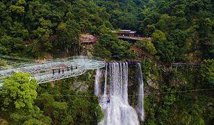 Widok na most Yun Tian Bo Ba nad doliną Gulongxia w Chinach