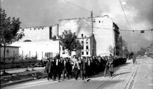 Ludność cywilna Woli prowadzona ulicą Wolską. Biały dom po lewej stronie to Wolska 56 na rogu z ulicą Płocką