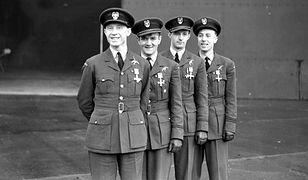 Polscy piloci odznaczeni Distinguished Flying Cross. Drugi od lewej - Jan Zumbach