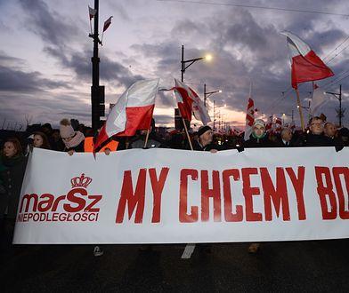 Uczestnicy Marszu Niepodległości 2017 na Moście Poniatowskiego w Warszawie
