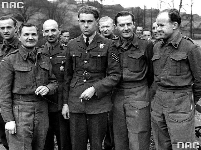 Grupa nierozpoznanych polskich żołnierzy w Wielkiej Brytanii. Fotografia wykonana między 1940 a 1944 rokiem