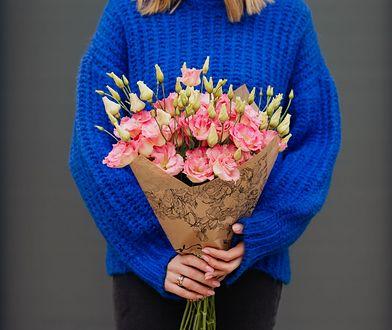Wyrazisty sweter nie wymaga wielu dodatków, bo sam w sobie wygląda wyjątkowo