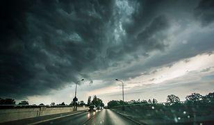 W poniedziałek możliwe są lokalne opady deszczu, a nawet burze z z gradem