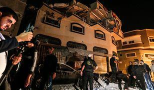 Jeden z liderów organizacji Islamski Dżihad zabity we własnym domu w Strefie Gazy. Palestyńczycy oglądają zniszczony budynek.