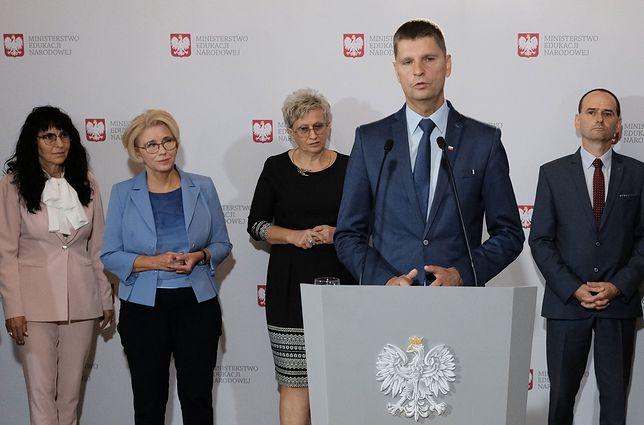 Maria Nawrocka-Rolewska (pierwsza z lewej) podczas konferencji prasowej w MEN