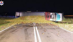 Wypadek w Łukowie. Ponad 20 ton jabłek rozsypanych na drodze