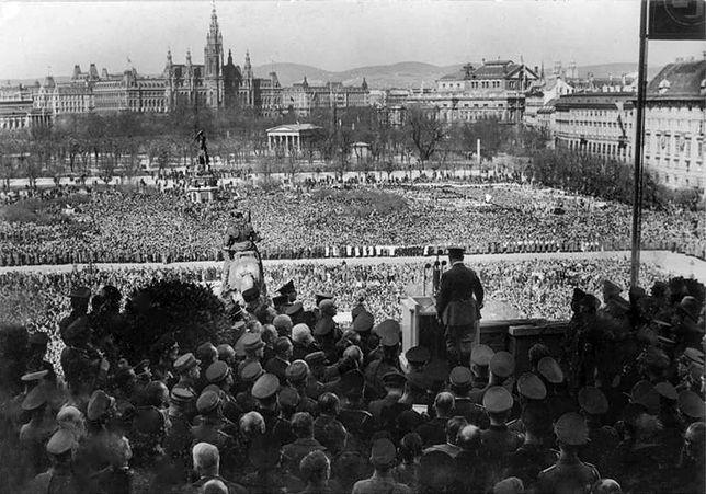 Hitler ogłasza anszlus Austrii we Wiedniu, 15 marca 1938 r.