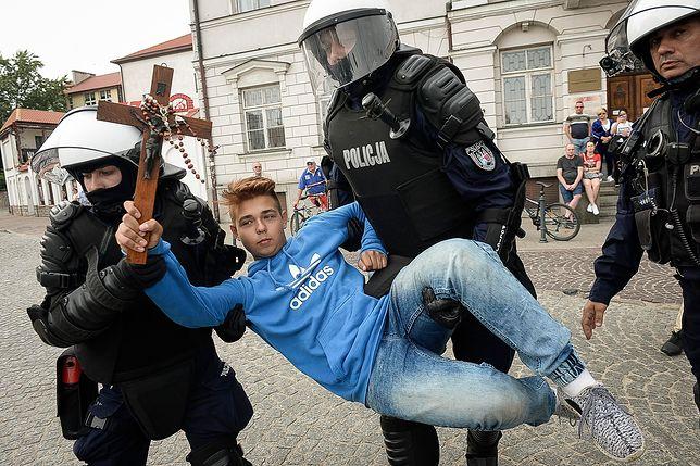 15-latek z krzyżem blokował Marsz Równości. Kurator sprawdza jego rodziców