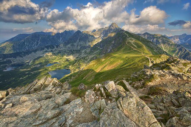 Malownicze widoki wysokich gór rokrocznie kuszą wielu turystów