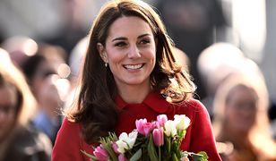 Księżna Kate w czerwonym płaszczu. Już go znamy!