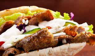 Kebaba w fast foodzie kupimy za ok. 10 zł