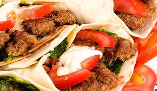 Kebab w tortilli skomponowany ze świeżych warzyw, kurczaka i sosu jogurtowego ma mniej kalorii niż kebab w picie czy bułce.