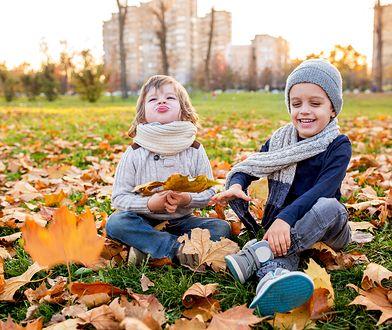 Chłodne dni nie wykluczają świetnej zabawy na zewnątrz - wystarczy odpowiednio ubrać dzieci