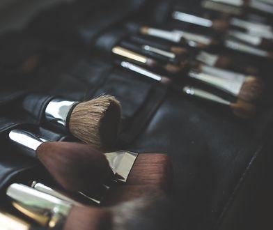 Pędzle do makijażu wymagają regularnego czyszczenia