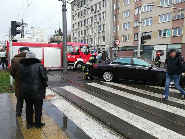 Warszawa. Mokotów. Zderzenie tramwaju z samochodem na skrzyżowaniu Puławskiej i Dąbrowskiego.