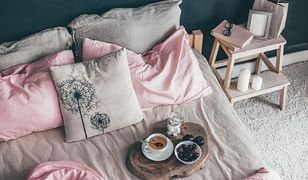 Łóżko pościelone na modłę francuską w ciągu dnia powinny zdobić przynajmniej dwa rzędy dekoracyjnych poduszek z ornamentowymi aplikacjami lub frędzlami.