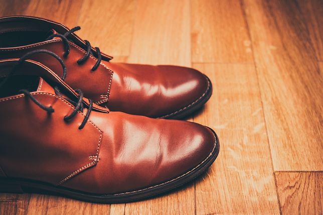 Kwestia ściągania butów budzi wiele kontrowersji. Oczekiwania gospodarza to jedno, a zasady etykiety - drugie.