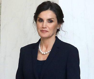 Królowa Letizia zadała szyku. Wybrała elegancką i modną spódnicę oraz dodatki
