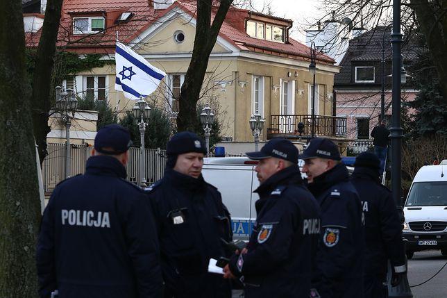 Policjanci pilnujący ambasady izraelskiej