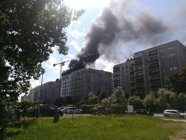 Warszawa. Jeden z budynków przy ul. Modzelewskiego się pali