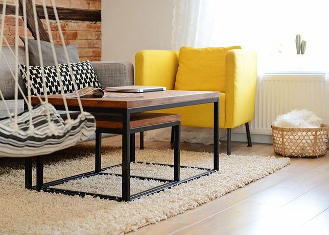 Żółty fotel w salonie skandynawskim