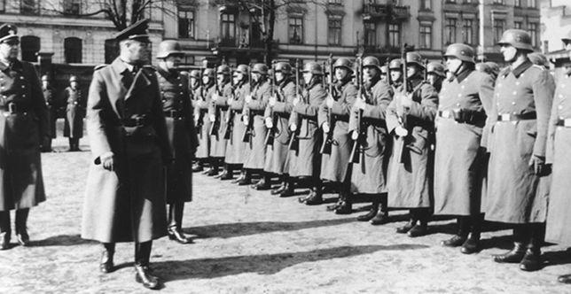 Niemieccy policjanci podczas inspekcji w Łodzi, ok. 1940-41 r.