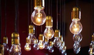 Żarówki i oprawy świetlne muszą być wyposażone w oznaczenia dot. m.in. efektywności energetycznej