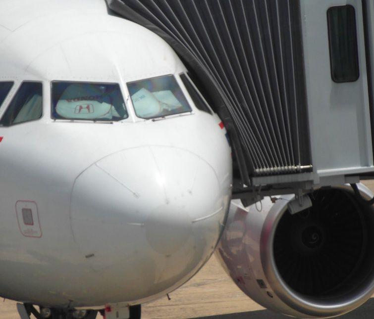 Matka z szóstką dzieci wyrzucona z samolotu. Bo 2-latka nie miała maseczki