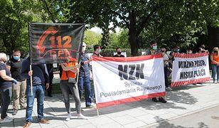 Warszawa. Protest operatorów numerów alarmowych. Chcą zmian w płacy i urlopach