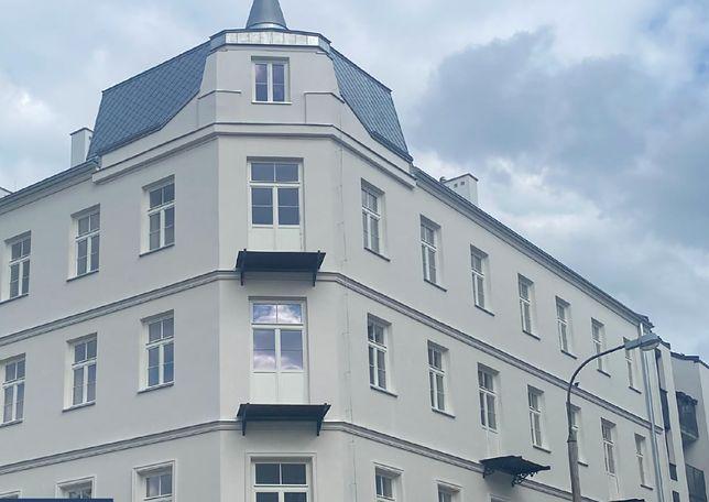 Warszawa. Kamienica przy ulicy Strzeleckiej na Pradze odzyskuje blask. Od czasu, gdy w latach 70. pozbawiono ją ozdobnego tynku, wyglądała coraz smutniej
