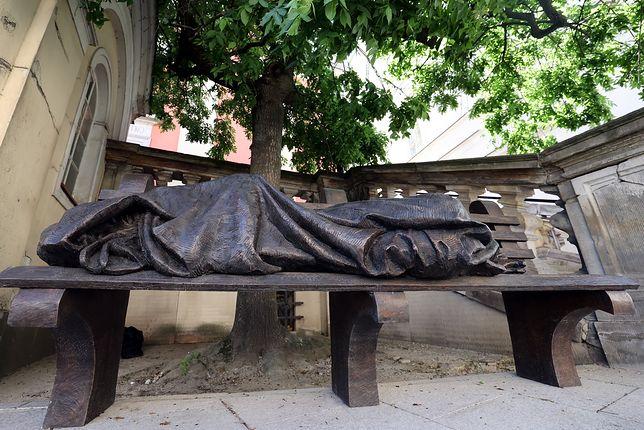 Warszawa. Rzeźba bezdomnego Chrystusa pod kościołem Kapucynów