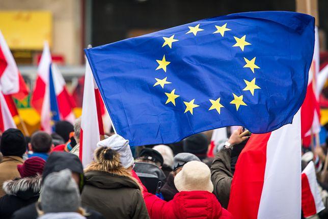 Polacy masowo popierają Unię, ale nie tylko mniej niż połowa chce, by oceniała ona nasz kraj