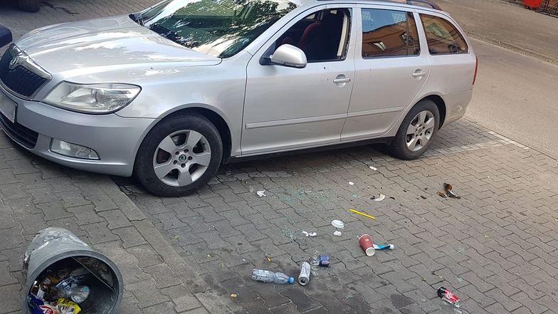 4-letnie dziecko zamknięte w samochodzie. Rodzice na zakupach