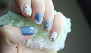 Proste wzory takie jak kwiaty, paski i subtelne kropki to dobra propozycja na modne paznokcie wiosenne