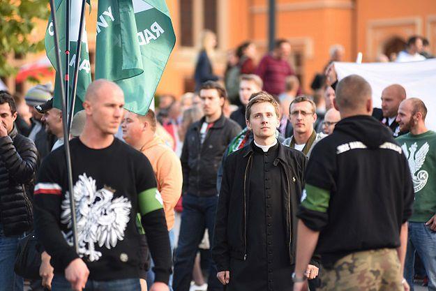 Ksiądz Jacek Międlar podczas antyimigranckiej demonstracji we Wrocławiu