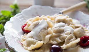 Pierogi z wiśniami to jeden z ulubionych smaków końca lata. Sprawdzą się zarówno na podwieczorek, jak i lekką kolację.