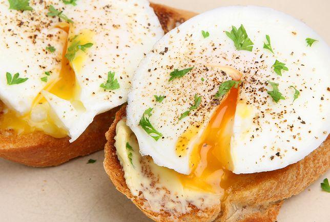 Jajko to najlepszy dodatek do surowych warzyw.