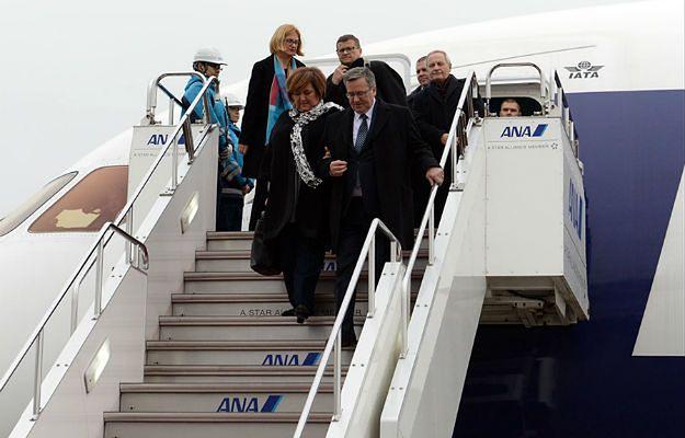 Anna i Bronisław Komorowscy po wylądowaniu na lotnisku w Tokio