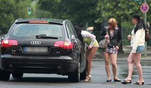 Przydrożne prostytutki rozmawiające z klientami.