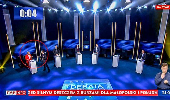 Krzysztof Bosak złamał zasady debaty i wręczył znaczek kandydatce PiS