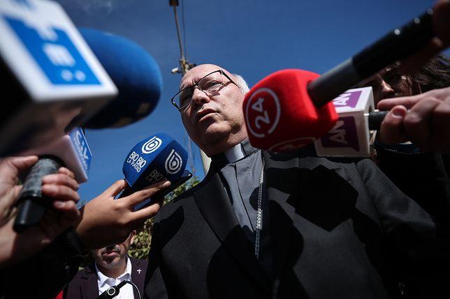 Sekretarz Konferencji Episkopatu Chile biskup Luis Fernando Ramos tuż przed popisaniem dokumentu z chilijskim prokuratorem krajowym