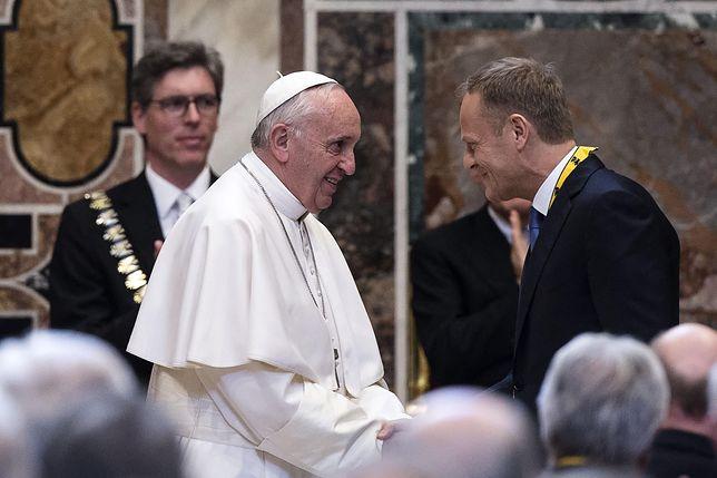 Spotkanie Donalda Tuska i papieża Franciszka w 2016 z okazji przyznania Ojcu Świętemu Międzynarodowej Nagrody Karola Wielkiego.
