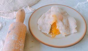 Raviolo z surowym żółtkiem, kaszą i twarogiem. Pierogi zero waste