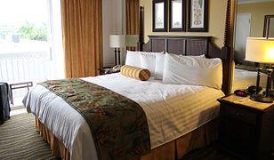 Wystarczy połóżyć narzutę na łóżko, by nadać wnętrzu wrażenia porządku