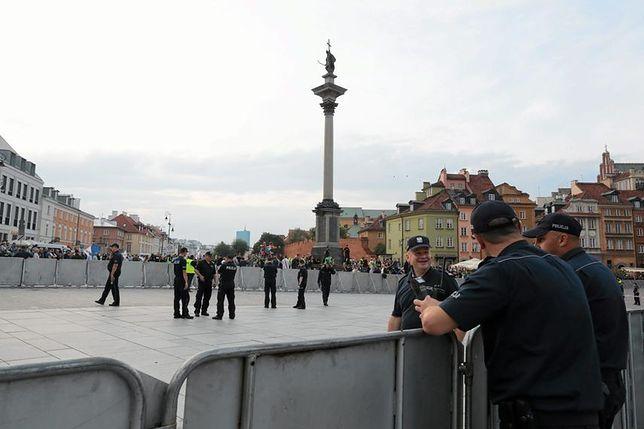 Miesięcznice smoleńskie. Więźniowie z Białołęki pomagają policji w montażu barierek