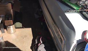 Piękny chevrolet zakopany pod gratami w garażu. Dopiero po 5 godzinach pracy udało się wyciągnąć auto