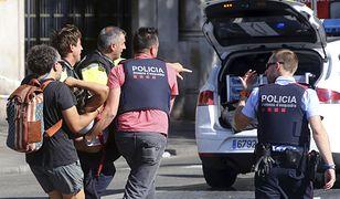Policjanci pomagają ofiarom zamachu